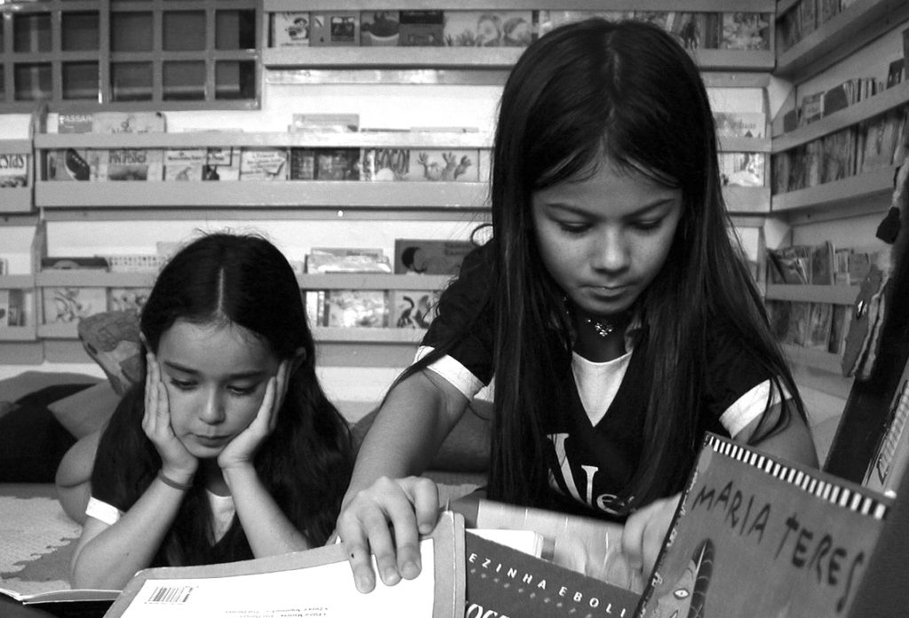 kids-reading-3-1470506_cropped